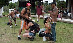 Poster de O sexo em grupo está quente e gostoso no sítio da putaria com mulheres deliciosas
